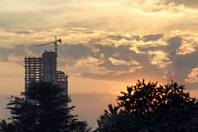 Silhouette de la construction en construction image stock