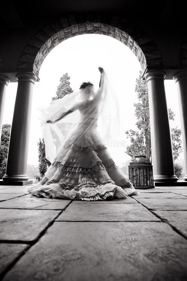 Silhouette de la danse de jeune mariée sous l'arcade photo libre de droits