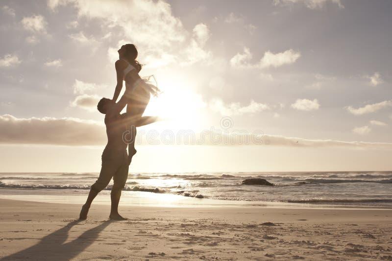 Silhouette de la danse romantique de couples sur la plage photos libres de droits