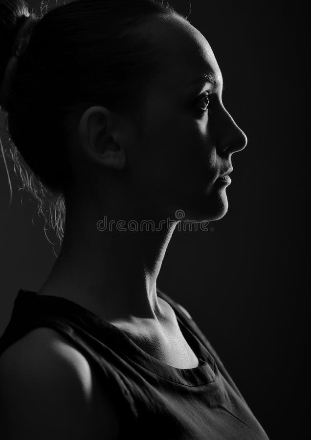 Silhouette de la jeune femme image libre de droits