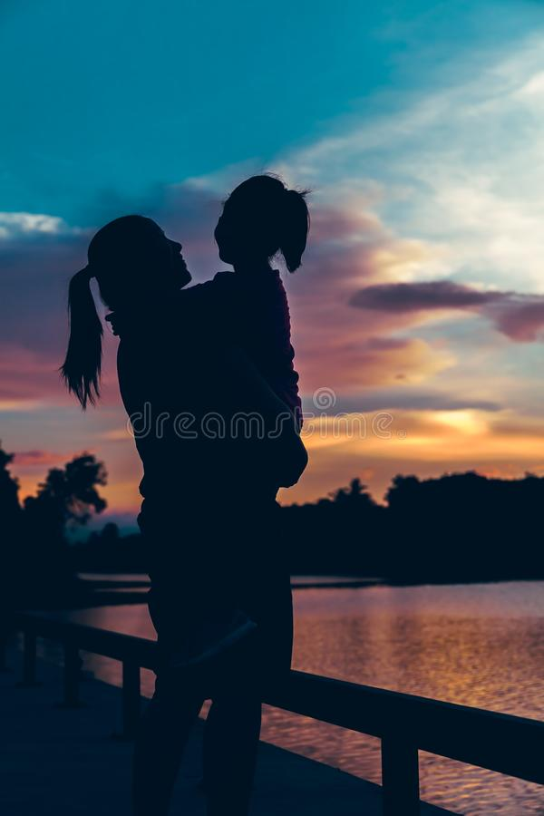 Silhouette de la mère et de la fille appréciant la vue images libres de droits