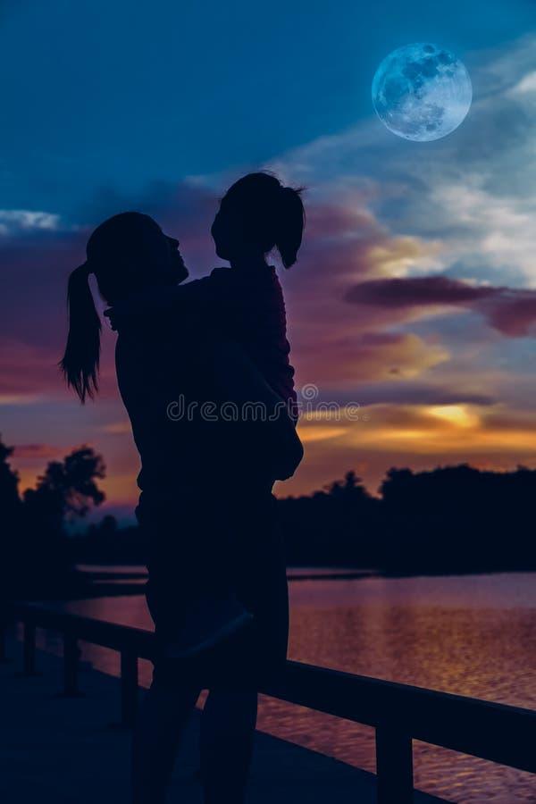 Silhouette de la mère et de la fille appréciant la vue photographie stock