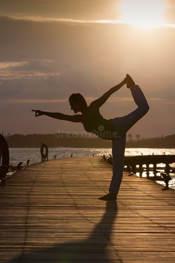 Silhouette de la position de yoga photographie stock