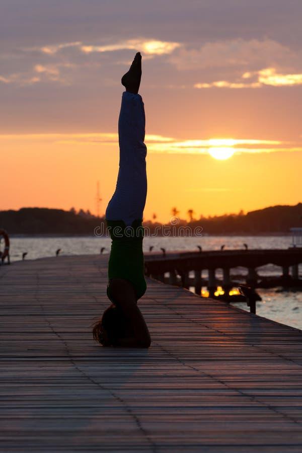 Silhouette de la position de yoga photographie stock libre de droits