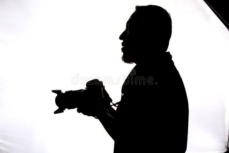Silhouette de la prise de photographe images stock