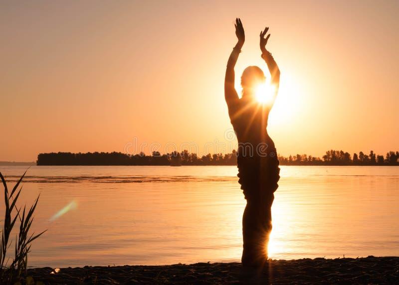 Silhouette de la tradition de danse de femme trible images libres de droits