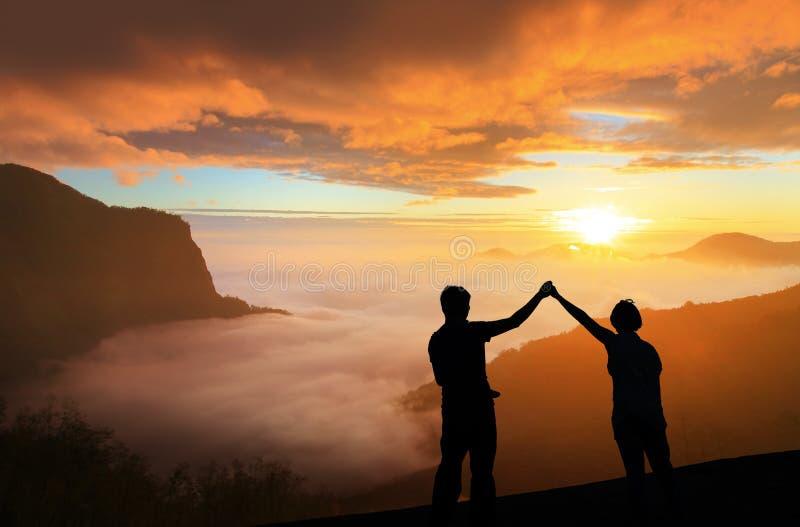 Silhouette de lever de soleil heureux de regard de jeune famille images libres de droits