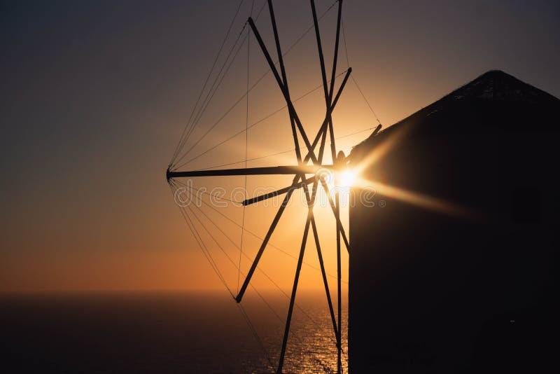 Silhouette de moulin à vent devant le coucher du soleil image libre de droits