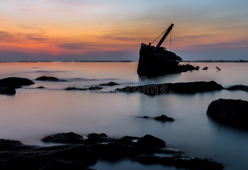 Silhouette de naufrage image stock