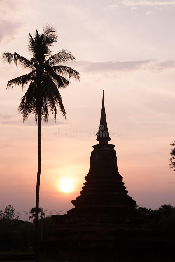 Silhouette de pagoda et de palmier images libres de droits