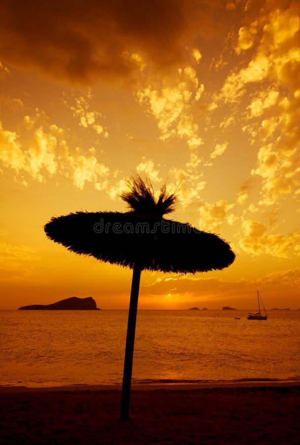 silhouette de parasol au coucher du soleil photos stock