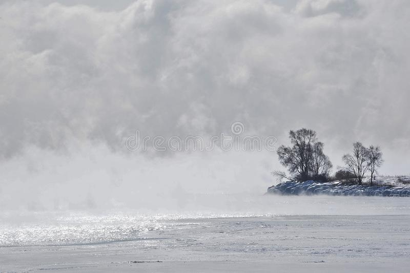 Silhouette de point mystique en brouillard glacé le lac Ontario image libre de droits