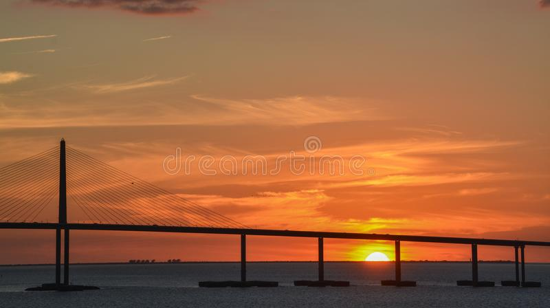 Silhouette de pont de Skyway de soleil sur Tampa Bay, la Floride photo libre de droits