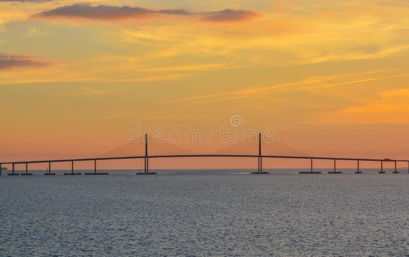 Silhouette de pont de Skyway de soleil sur Tampa Bay, la Floride images stock