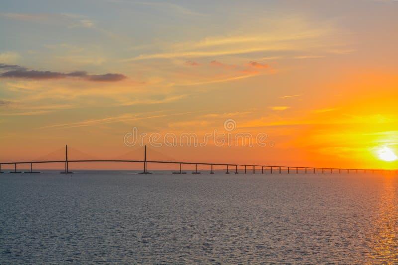 Silhouette de pont de Skyway de soleil sur Tampa Bay, la Floride photos stock