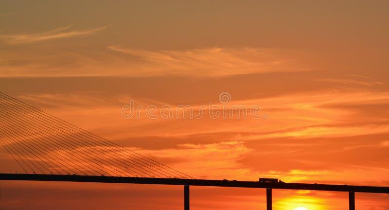 Silhouette de pont de Skyway de soleil sur Tampa Bay, la Floride photo stock