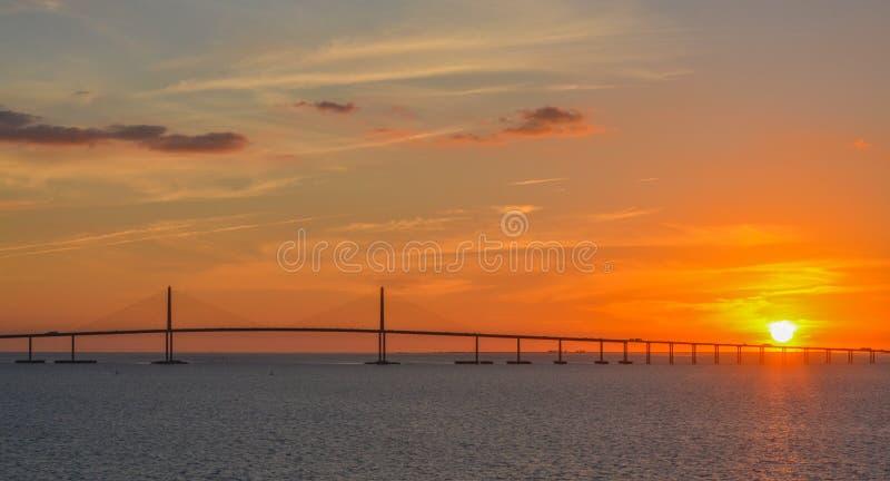Silhouette de pont de Skyway de soleil sur Tampa Bay, la Floride photographie stock