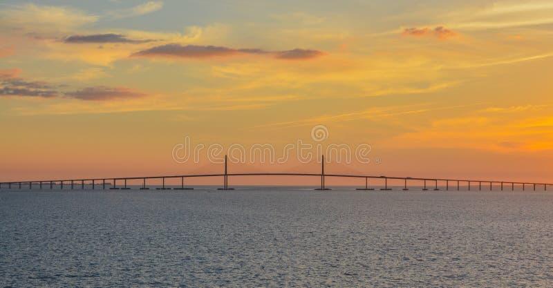 Silhouette de pont de Skyway de soleil sur Tampa Bay, la Floride photos libres de droits