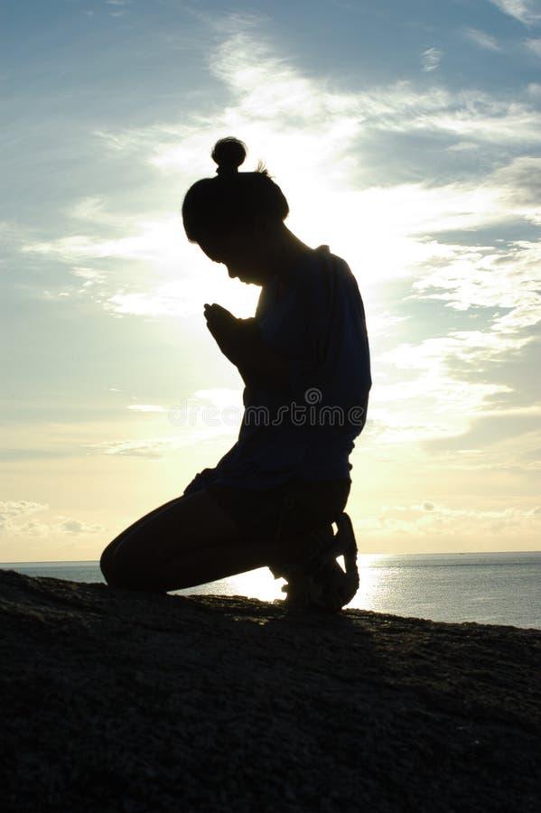 Silhouette de prière photographie stock