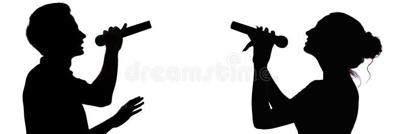 Silhouette de profil d'un type et une fille doués chantant un duo dans un microphone, voix et musique de concept, amour et relati photos libres de droits