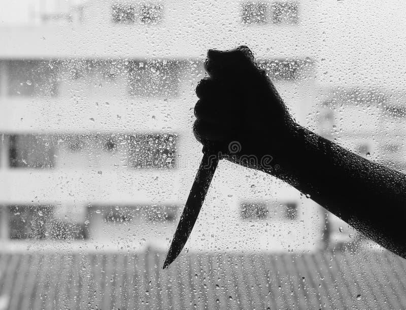 Silhouette de quelqu'un tenant le couteau photo libre de droits