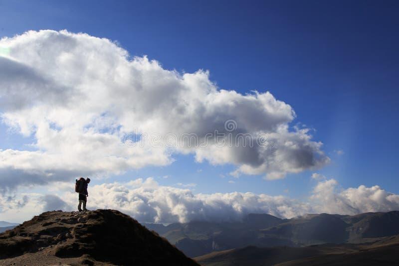 Silhouette de randonneur dans les montagnes carpathiennes roumaines photo stock