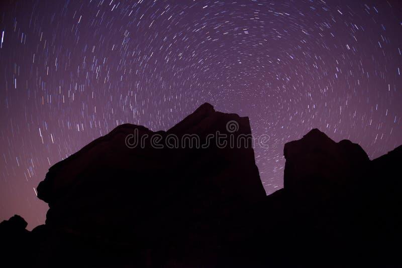 Silhouette de roche et étoile polaire ronde de journaux d'étoile photos libres de droits