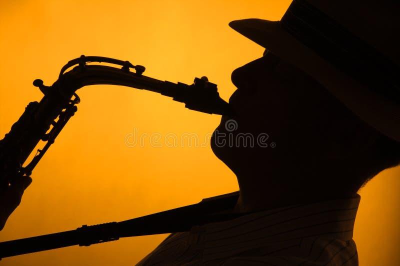 silhouette de saxo d'interprète image libre de droits