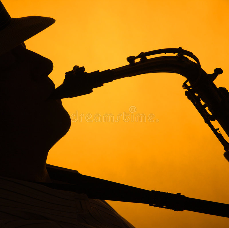 silhouette de saxophone de performae de l'or i image stock