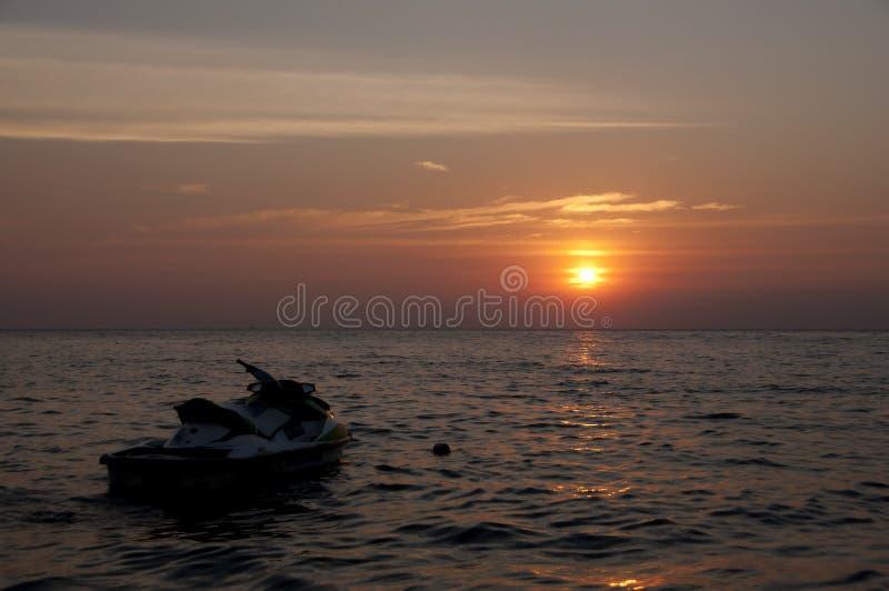 Silhouette de ski de jet dans le coucher du soleil. images stock
