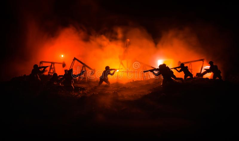 Silhouette de soldat ou de dirigeant militaire avec des armes tir, tenant l'arme à feu, ciel coloré, fond Guerre d'huile et conce photos stock
