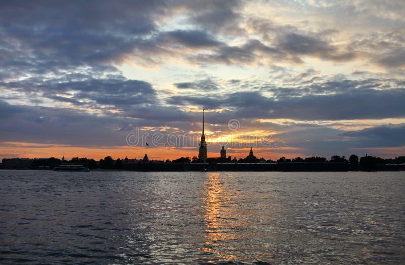 Silhouette de St Petersburg de la ville la nuit photo libre de droits