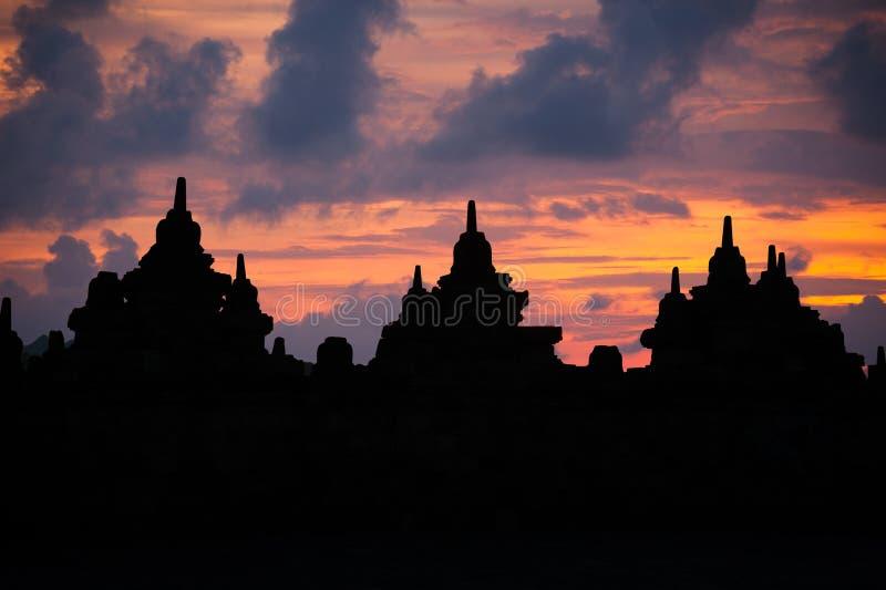 Silhouette de stupa de Bhuddhist au lever de soleil photographie stock