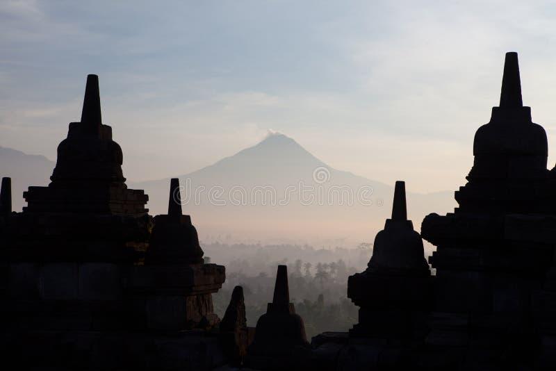 Silhouette de temple antique de Borobudur de stupa à Yogyakarta images libres de droits