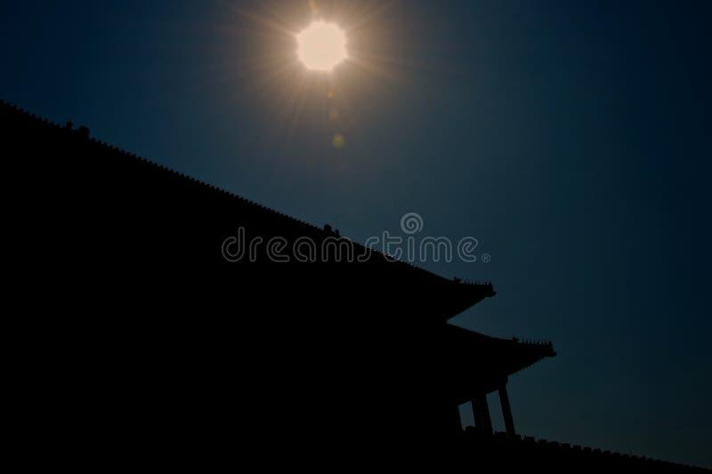 Silhouette de toit chinois asiatique traditionnel avec le soleil images libres de droits