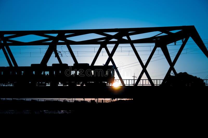 Silhouette de train avec le fond de fantaisie de coucher du soleil de couleur photo stock