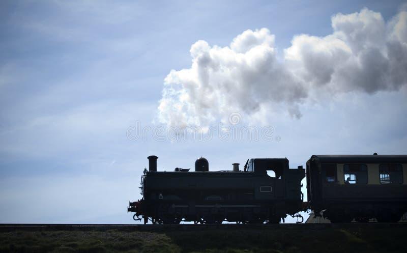 Silhouette de train de vapeur photographie stock