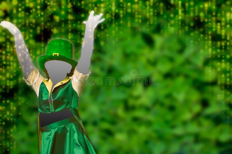 Silhouette de una chica que viste una gorra verde que baila en el fondo verde con una cascada dorada de luces que pone a los pies imagen de archivo
