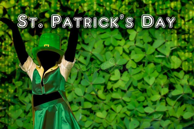 Silhouette de una chica que viste una gorra verde que baila en el fondo verde con una cascada dorada de luces que pone a los pies fotografía de archivo