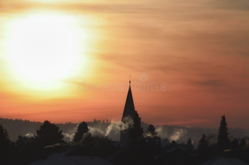 Silhouette de village et lever de soleil coloré photo stock