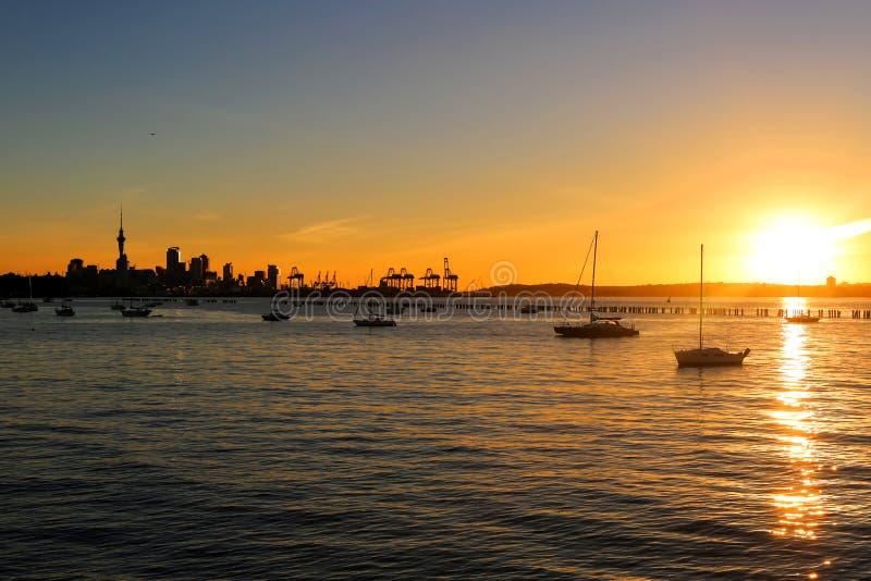 Silhouette de ville d'Auckland dans le crépuscule image stock