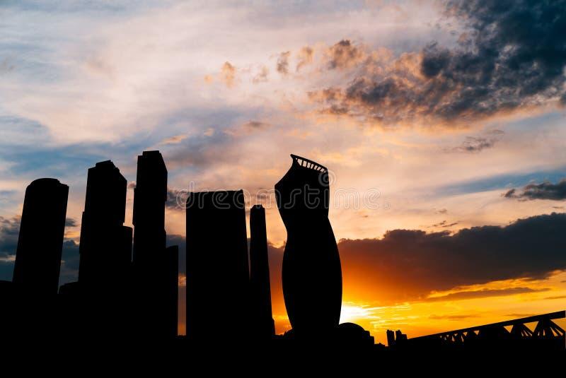 Silhouette de ville internationale de centre d'affaires de gratte-ciel sur le coucher du soleil à Moscou Russie photographie stock