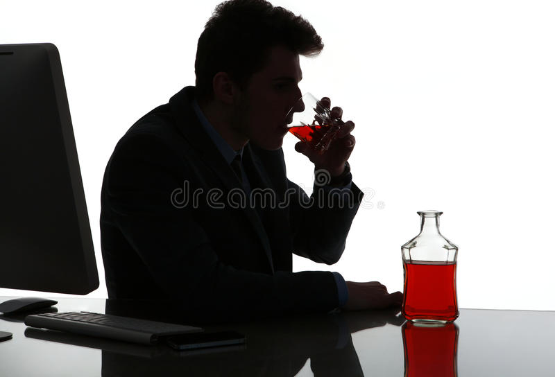 Silhouette de whiskey potable d'homme bu par alcoolique photo libre de droits