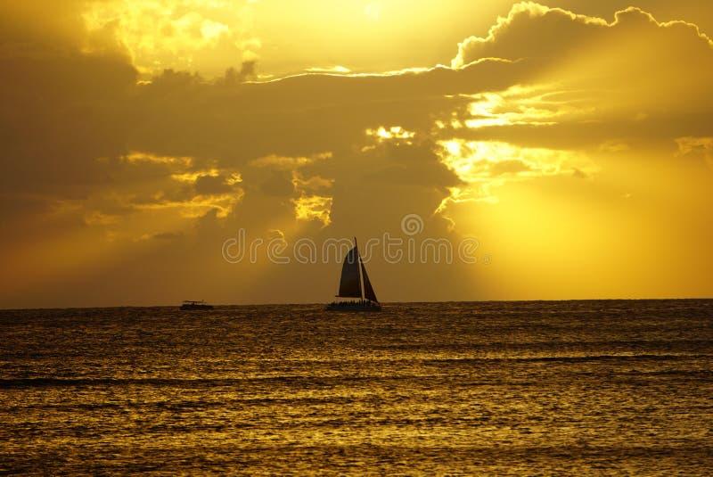 Silhouette de yacht dans le coucher du soleil photo stock