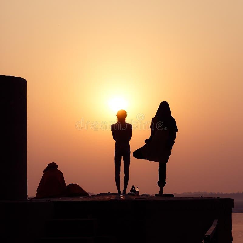 Silhouette de yoga de pratique de personnes photographie stock