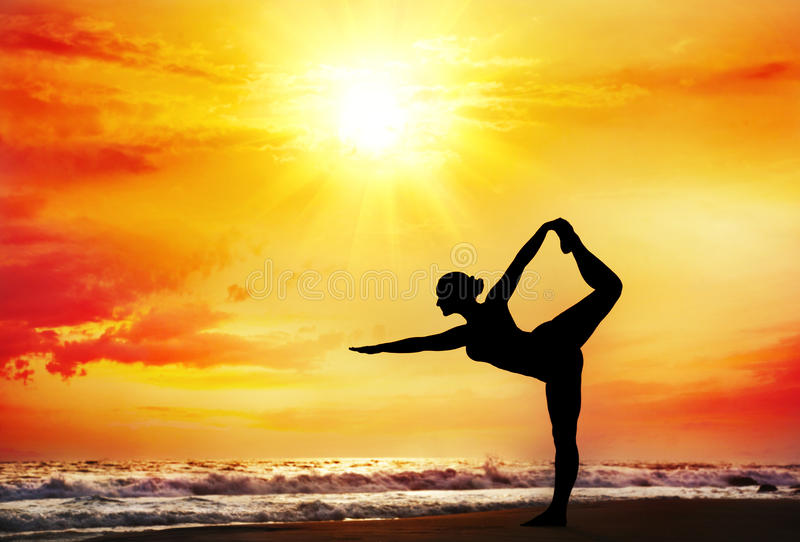Silhouette de yoga sur la plage photos stock