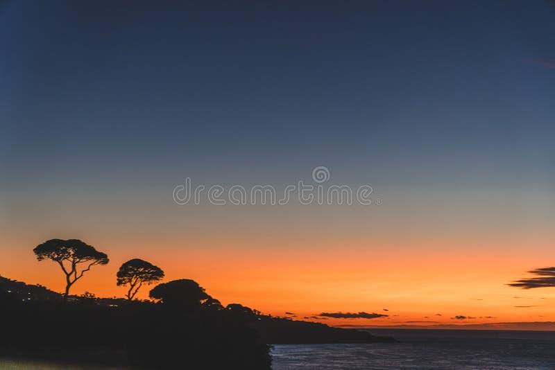 Silhouette des arbres sur le coucher du soleil orange en montagne Sorrente Italie image stock