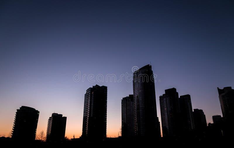 Silhouette des bâtiments au coucher du soleil à Vancouver du centre photo stock