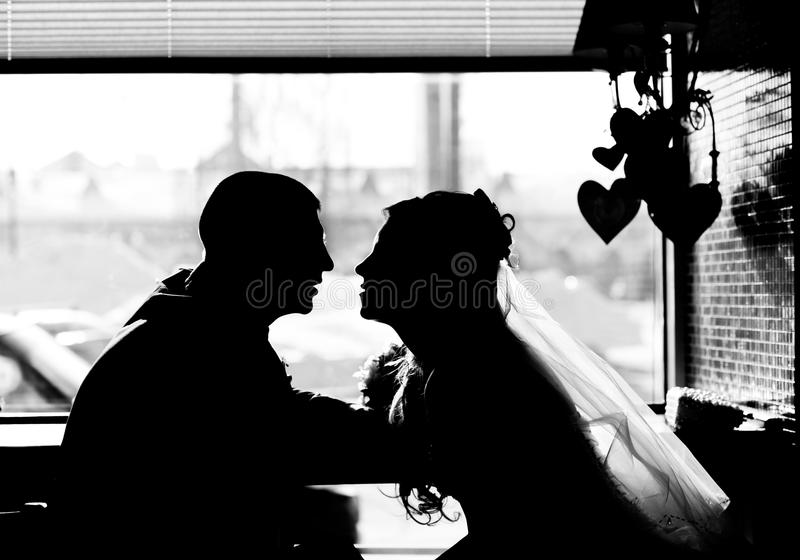 Download Silhouette Des Couples Affectueux Dans Le Café Image stock - Image du fixation, arome: 77154147