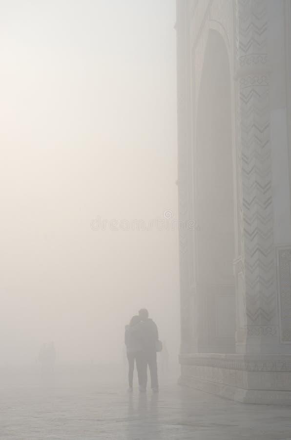 Silhouette des couples affectueux dans une brume, près de Taj Mahal, Inde images stock